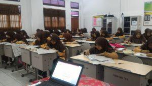 siswa sma budi utomo mengerjakan tryout